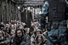 snowpiercer-curtis-stands-up